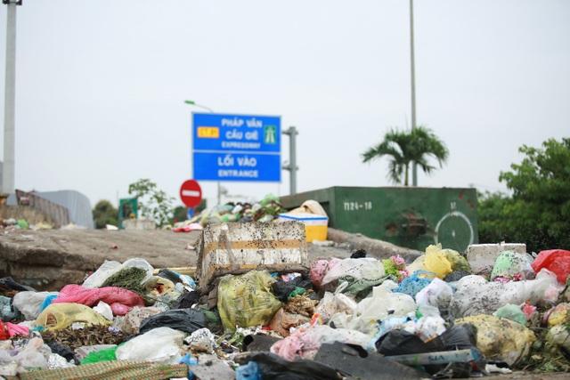 Dân lo lắng bệnh tật vì sống gần điểm trung chuyển rác - 1