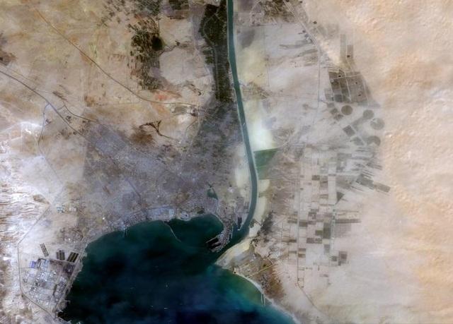 Cận cảnh cuộc giải cứu siêu tàu trên kênh Suez - 11