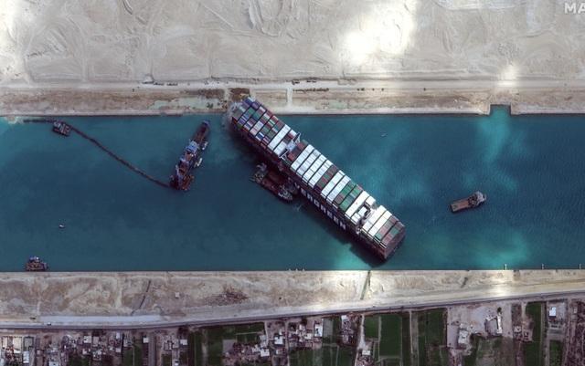 Ai Cập mất 1 tỷ USD giải cứu siêu tàu mắc kẹt trên kênh Suez - 1