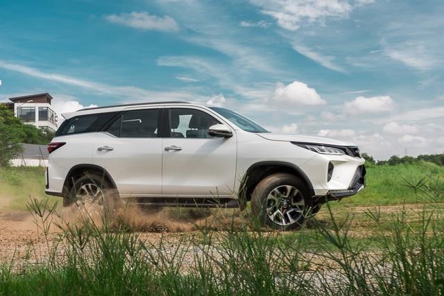 Đánh giá Toyota Fortuner 2020: Diện mạo trẻ trung, ngập tràn công nghệ - 1