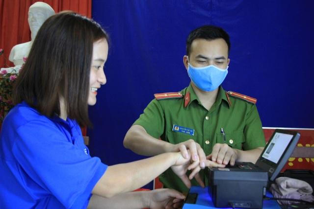 Lần lấy dấu vân tay cho người dân nhớ đời của đại úy công an - 6