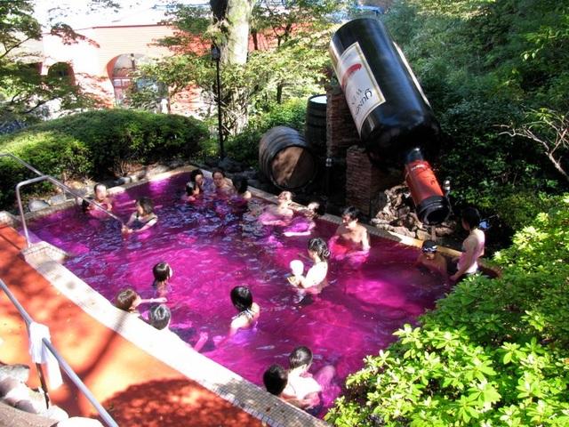 Rượu, axit và cát: Những onsen có một không hai ở Nhật Bản - 1