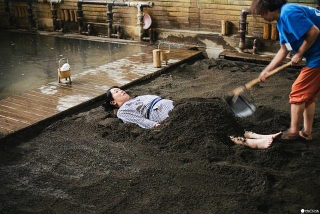 Rượu, axit và cát: Những onsen có một không hai ở Nhật Bản - 7