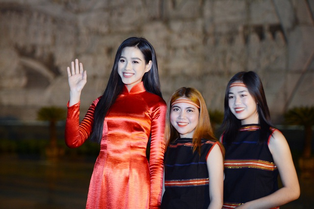 Hoa hậu Đỗ Thị Hà xinh đẹp rạng rỡ bên cầu thủ Xuân Trường, Văn Toàn - 5