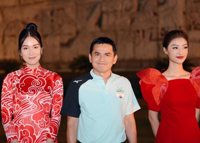 Hoa hậu Đỗ Thị Hà xinh đẹp rạng rỡ bên cầu thủ Xuân Trường, Văn Toàn - 2