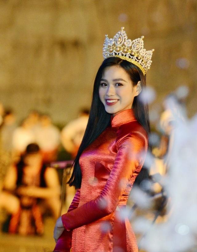 Hoa hậu Đỗ Thị Hà xinh đẹp rạng rỡ bên cầu thủ Xuân Trường, Văn Toàn - 6