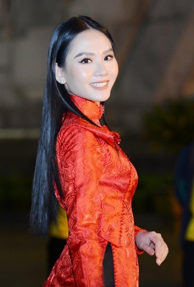 Hoa hậu Đỗ Thị Hà xinh đẹp rạng rỡ bên cầu thủ Xuân Trường, Văn Toàn - 8