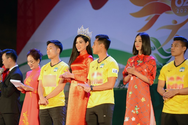 Hoa hậu Đỗ Thị Hà xinh đẹp rạng rỡ bên cầu thủ Xuân Trường, Văn Toàn - 1