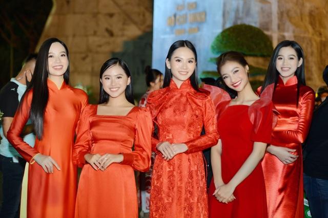 Hoa hậu Đỗ Thị Hà xinh đẹp rạng rỡ bên cầu thủ Xuân Trường, Văn Toàn - 7