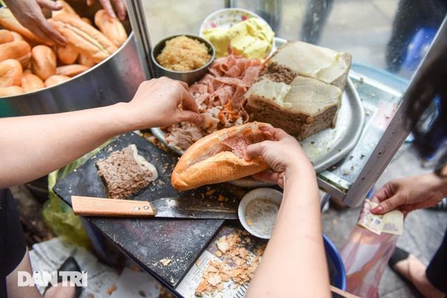 Quán bánh mỳ bảo thủ thời bao cấp mỗi buổi sáng hết bay 400 cái - 10