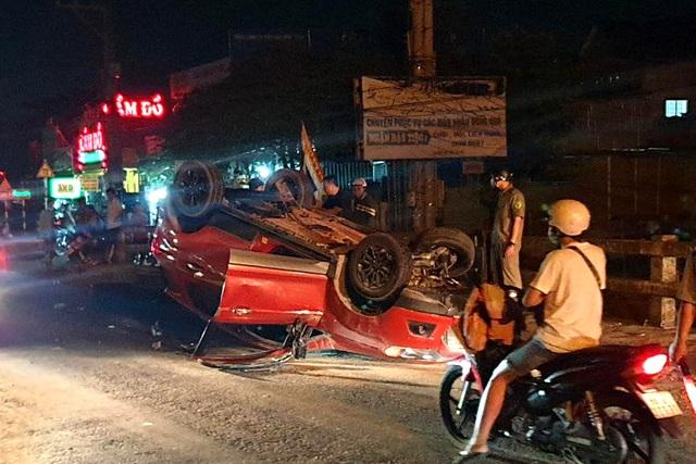 Ô tô lộn nhiều vòng trên cầu, văng trúng một phụ nữ đi xe máy - 3