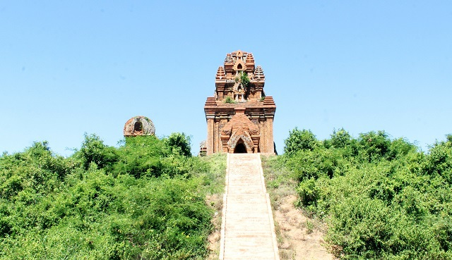 Unique thousand-year-old Cham towers cluster in Binh Dinh attracts visitors to check-in - 3