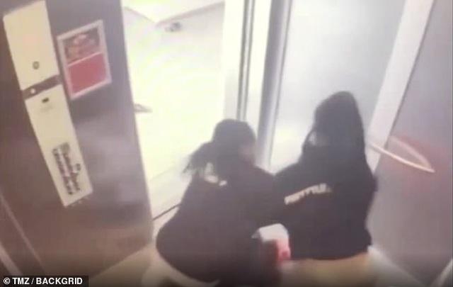 Ca sĩ Mỹ và bạn gái ẩu đả trong thang máy - 1