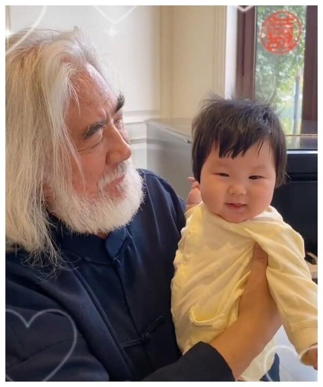 Tuổi thất thập, đạo diễn Trương Kỷ Trung vui thú ở nhà... bế con - 1