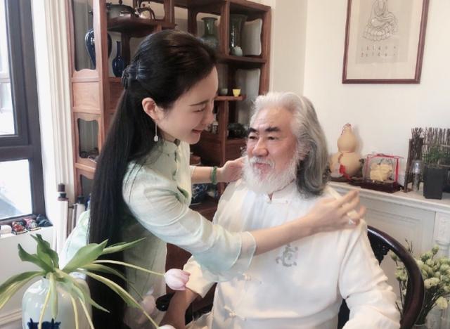 Tuổi thất thập, đạo diễn Trương Kỷ Trung vui thú ở nhà... bế con - 13
