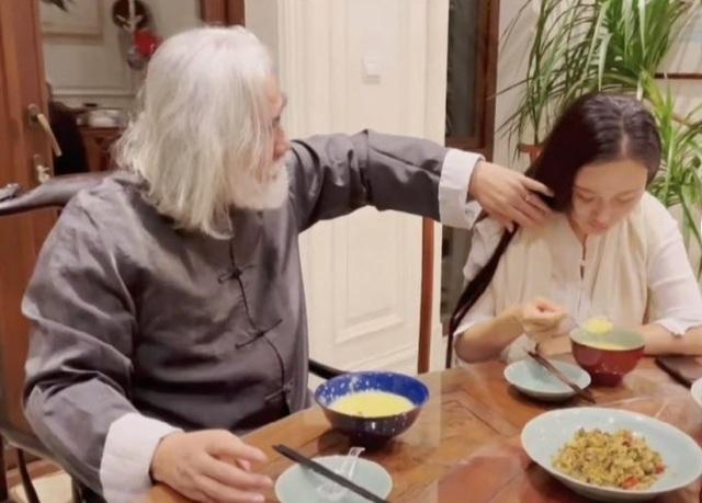 Tuổi thất thập, đạo diễn Trương Kỷ Trung vui thú ở nhà... bế con - 15