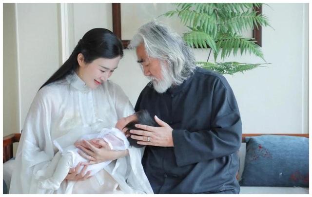 Tuổi thất thập, đạo diễn Trương Kỷ Trung vui thú ở nhà... bế con - 17