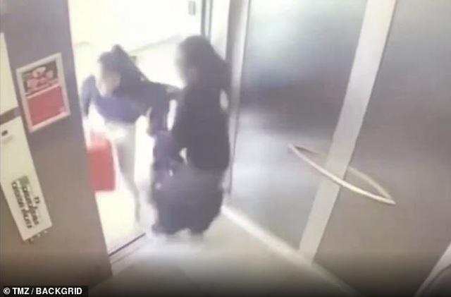 Ca sĩ Mỹ và bạn gái ẩu đả trong thang máy - 2