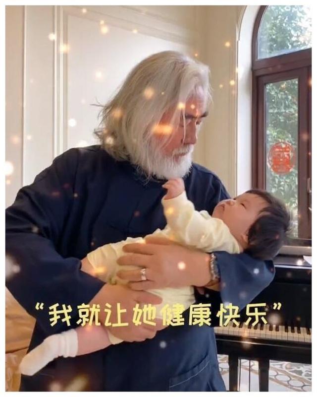 Tuổi thất thập, đạo diễn Trương Kỷ Trung vui thú ở nhà... bế con - 2