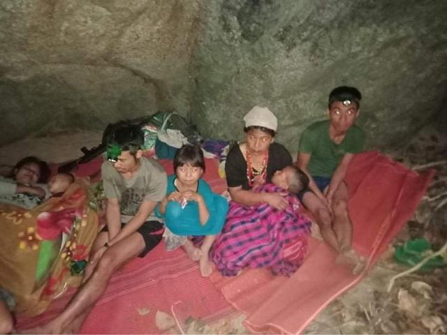 Hàng nghìn người Myanmar băng rừng, vượt biên trốn không kích - 3