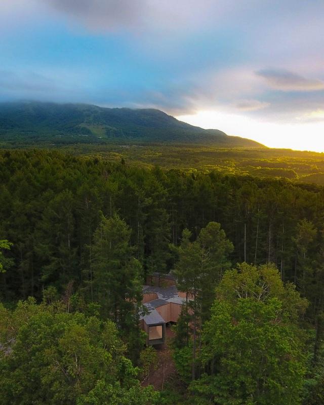 Nhà nghỉ dưỡng bằng gỗ ẩn mình giữa rừng cây ở Hokkaido, Nhật Bản - 1