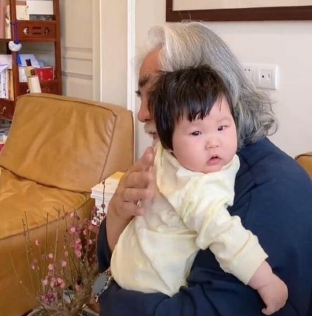Tuổi thất thập, đạo diễn Trương Kỷ Trung vui thú ở nhà... bế con - 3
