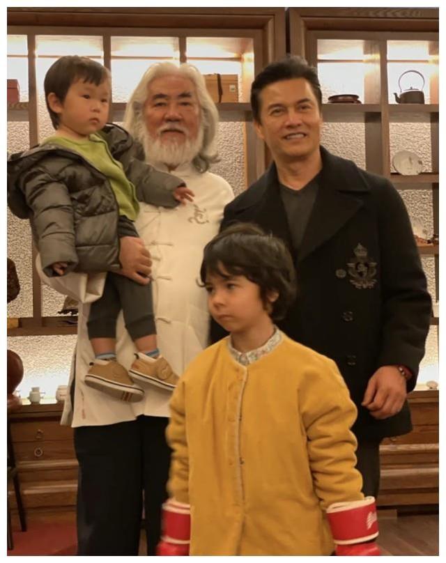 Tuổi thất thập, đạo diễn Trương Kỷ Trung vui thú ở nhà... bế con - 9
