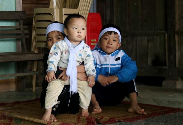 Xót xa cảnh 3 đứa trẻ mồ côi bên người mẹ gồng mình chăm ông nội nằm liệt - 5
