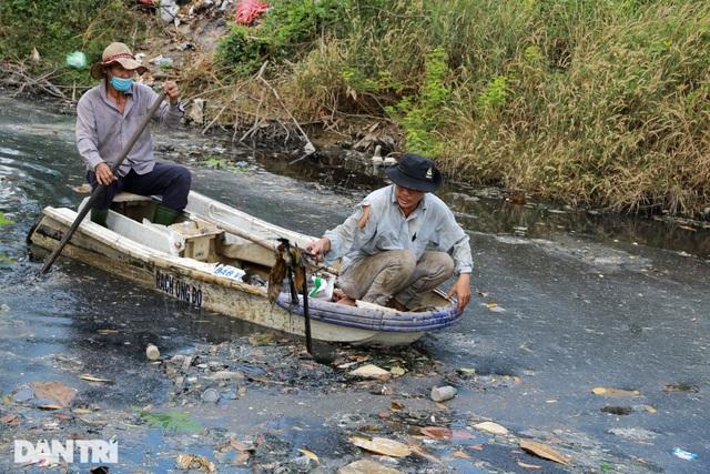 Ông lão điên hơn 3 năm đi vớt rác giữa dòng kênh đen - 2