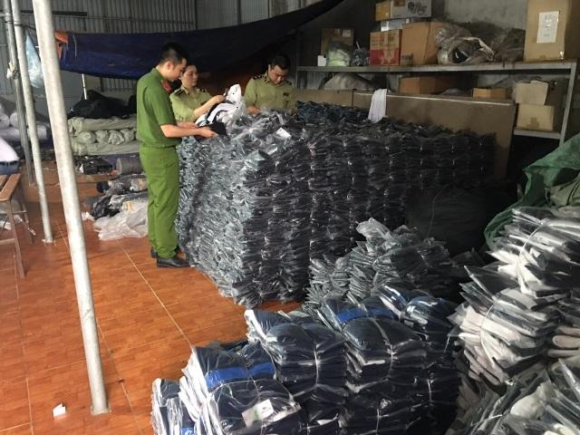 Liên tiếp tóm cơ sở sản xuất làm đồ hiệu rởm: Chuyển hồ sơ sang công an - 1