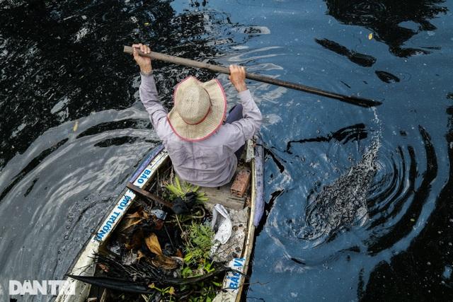 Ông lão điên hơn 3 năm đi vớt rác giữa dòng kênh đen - 11