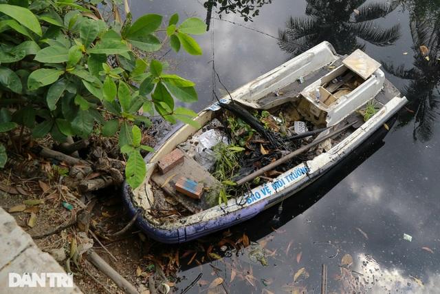 Ông lão điên hơn 3 năm đi vớt rác giữa dòng kênh đen - 12
