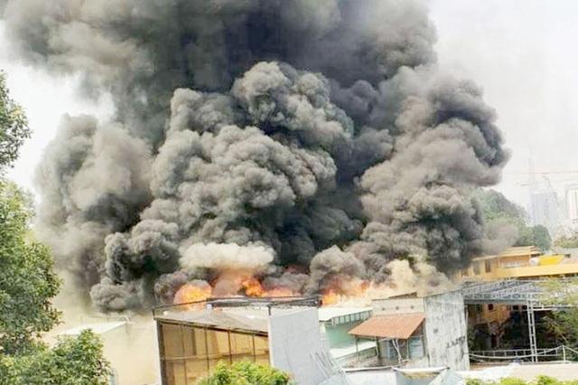 Khói đen cuồn cuộn bốc lên từ đám cháy ở trung tâm TPHCM - 1