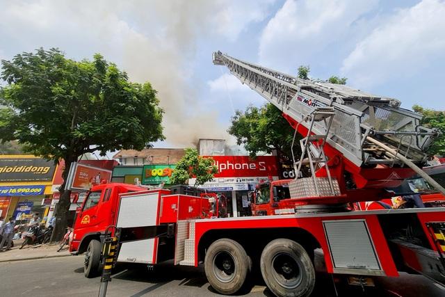Khói đen cuồn cuộn bốc lên từ đám cháy ở trung tâm TPHCM - 3