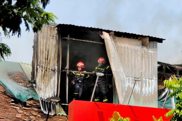 Khói đen cuồn cuộn bốc lên từ đám cháy ở trung tâm TPHCM - 2