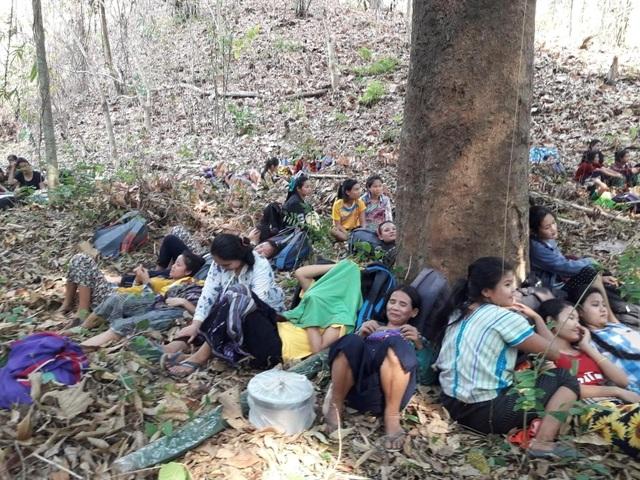 Hàng nghìn người Myanmar băng rừng, vượt biên trốn không kích - 1