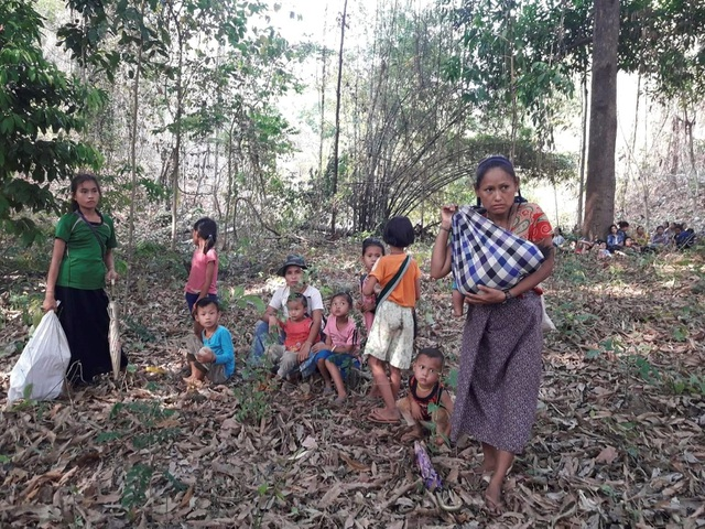 Hàng nghìn người Myanmar băng rừng, vượt biên trốn không kích - 2