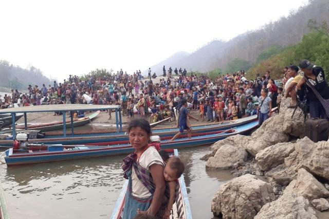 Hàng nghìn người Myanmar băng rừng, vượt biên trốn không kích - 5
