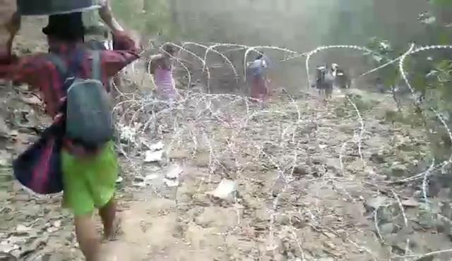 Hàng nghìn người Myanmar băng rừng, vượt biên trốn không kích - 4