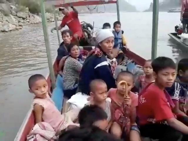 Hàng nghìn người Myanmar băng rừng, vượt biên trốn không kích - 6