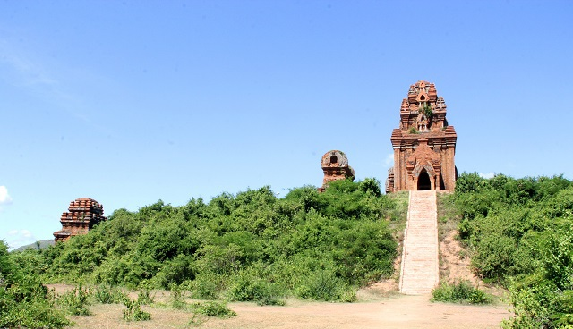Unique thousand-year-old Cham towers cluster in Binh Dinh attracts visitors to check-in - 1