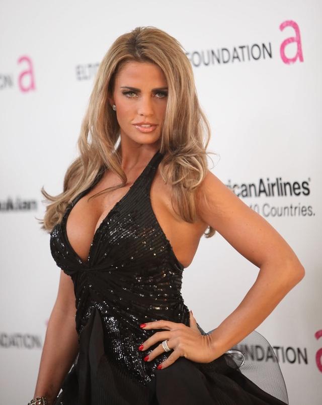 Người mẫu Katie Price thừa nhận 12 lần tu sửa vòng một - 1