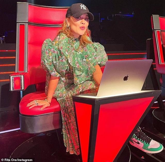 Mặc bikini hớ hênh, Rita Ora lộ hàng trên biển - 6