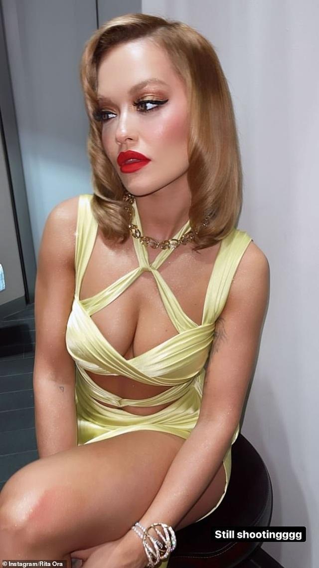 Mặc bikini hớ hênh, Rita Ora lộ hàng trên biển - 7