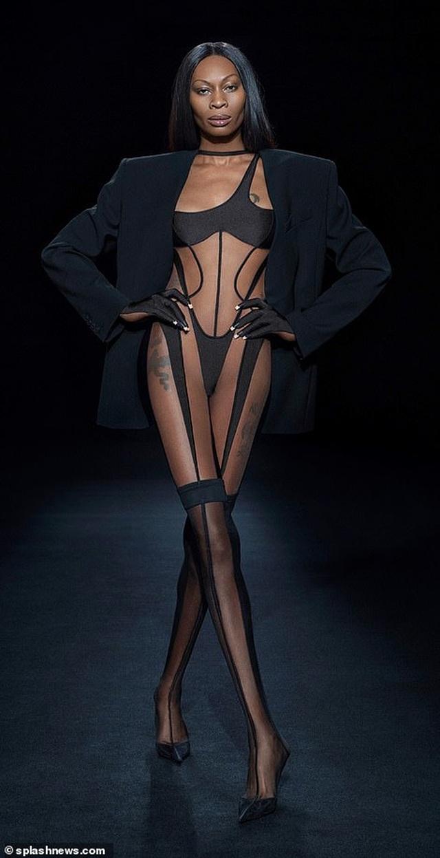 Choáng váng với áo mặc như không của Bella Hadid