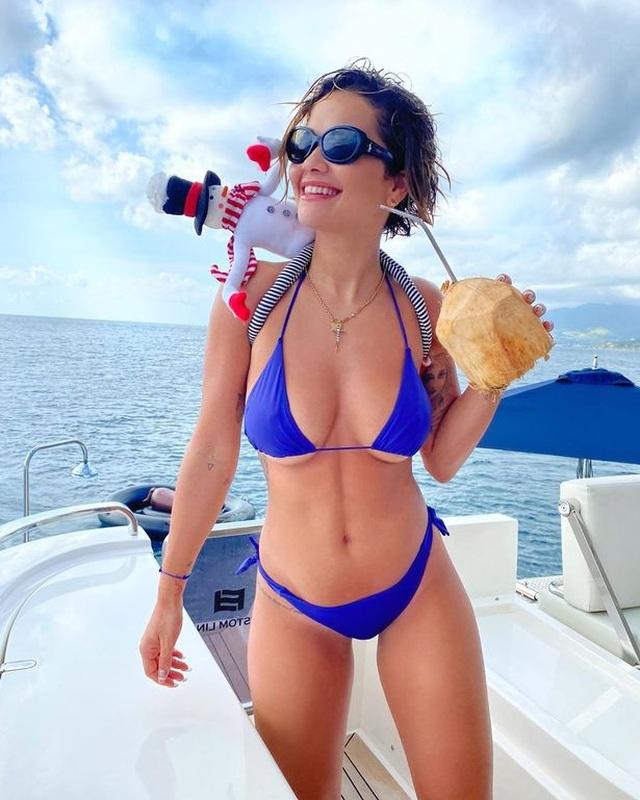 Mặc bikini hớ hênh, Rita Ora lộ hàng trên biển - 5