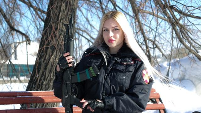 Nữ cảnh sát xinh đẹp nhất nước Nga mất việc vì video gây tranh cãi - 1
