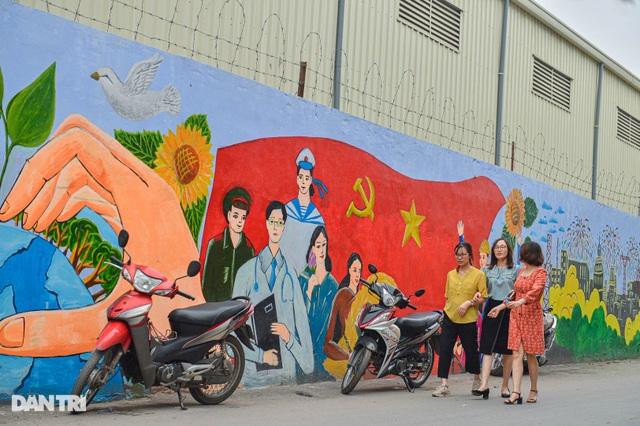 Hình ảnh khác lạ của bức tường Công ty Rạng Đông 2 năm sau vụ cháy - 10