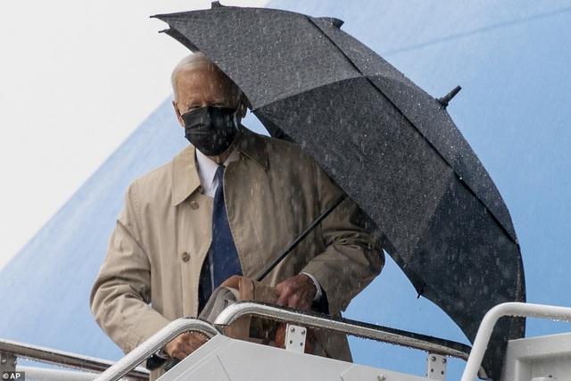 Ông Biden suýt vấp ngã khi bước lên chuyên cơ Không Lực Một - 1