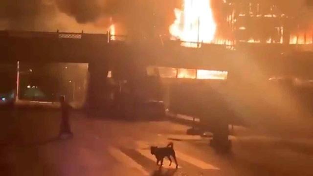 Hai siêu thị của quân đội Myanmar bất ngờ bốc cháy - 1